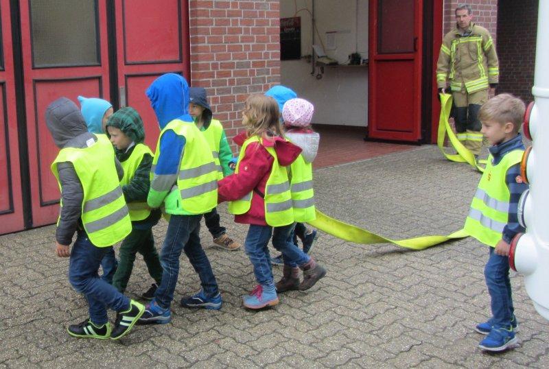 Kinder verlegen B-Leitung